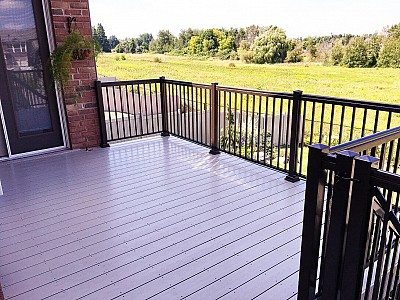 Vinyl Deck with Aluminum Railing