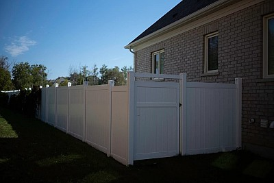 White, privacy Gate with mid Rail